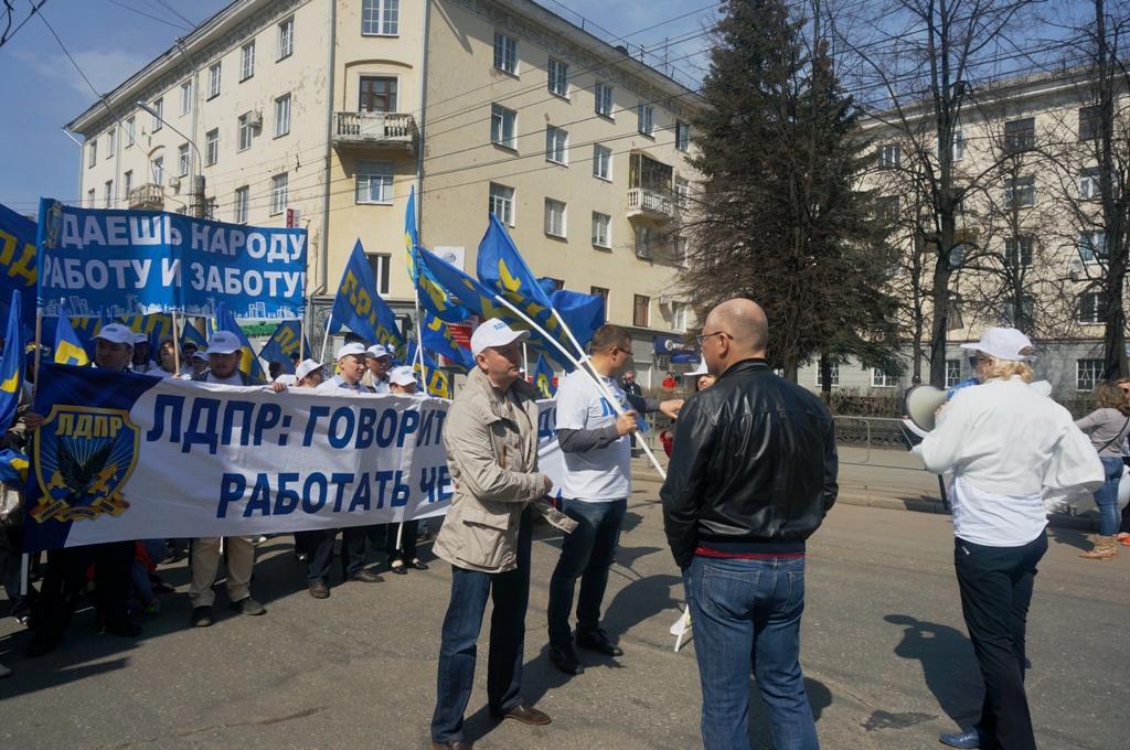 Дмитрий Кулишов вместе с товарищами по партии выстраивает колонну. Фото ©День.org