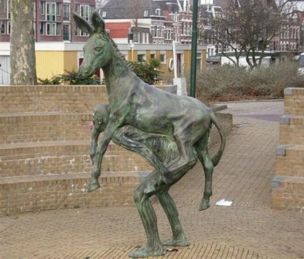 Памятник глупости. Источник: billionnews