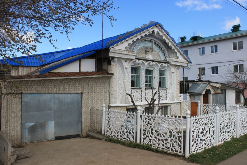Именной таблички, которую повесили на фасаде дома в честь таланта хозяина жилья, больше нет. Фото: © «ДЕНЬ.org»
