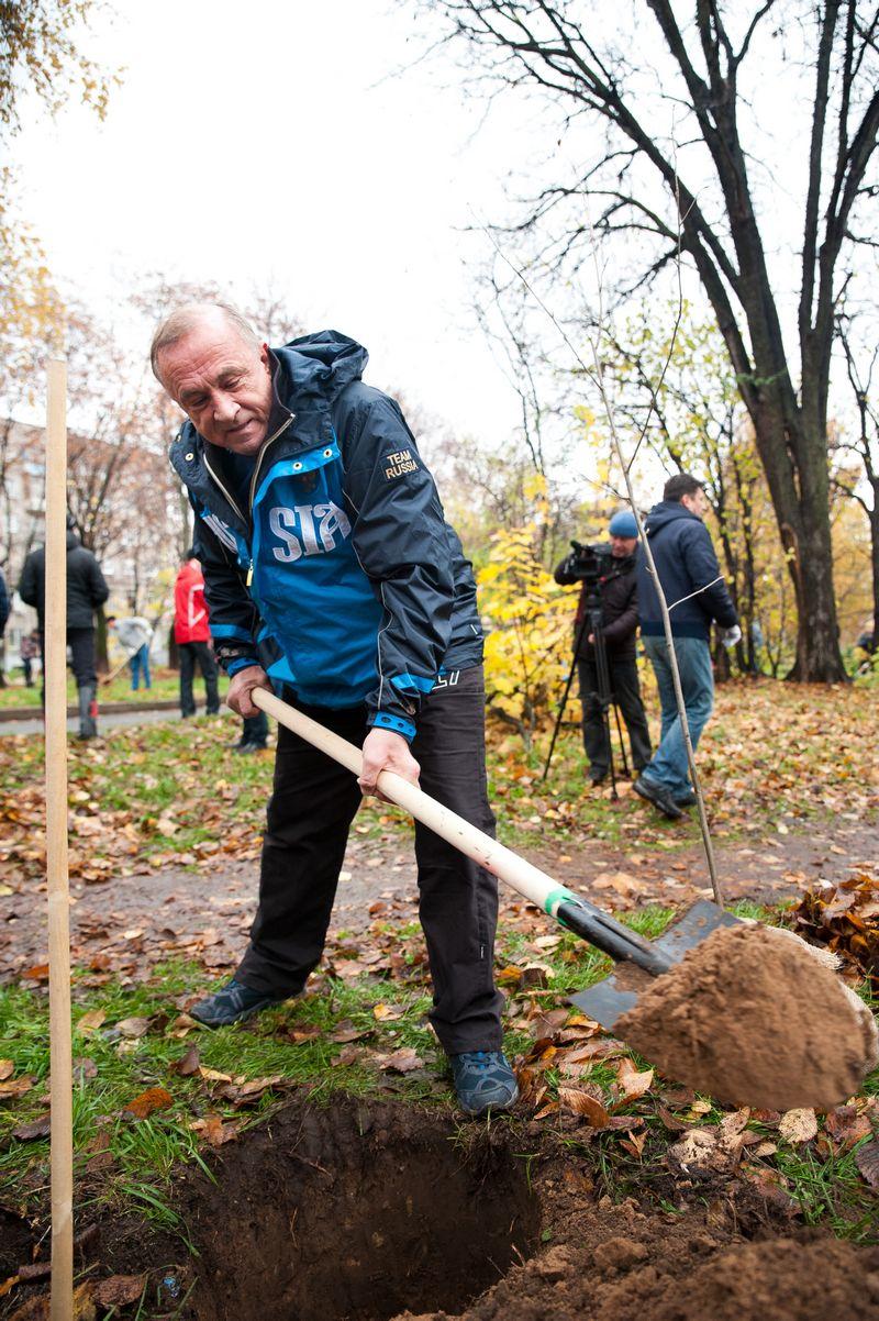 Глава УР Александр Соловьев личным примером показал, что здесь будет бульвар, а не стройка.