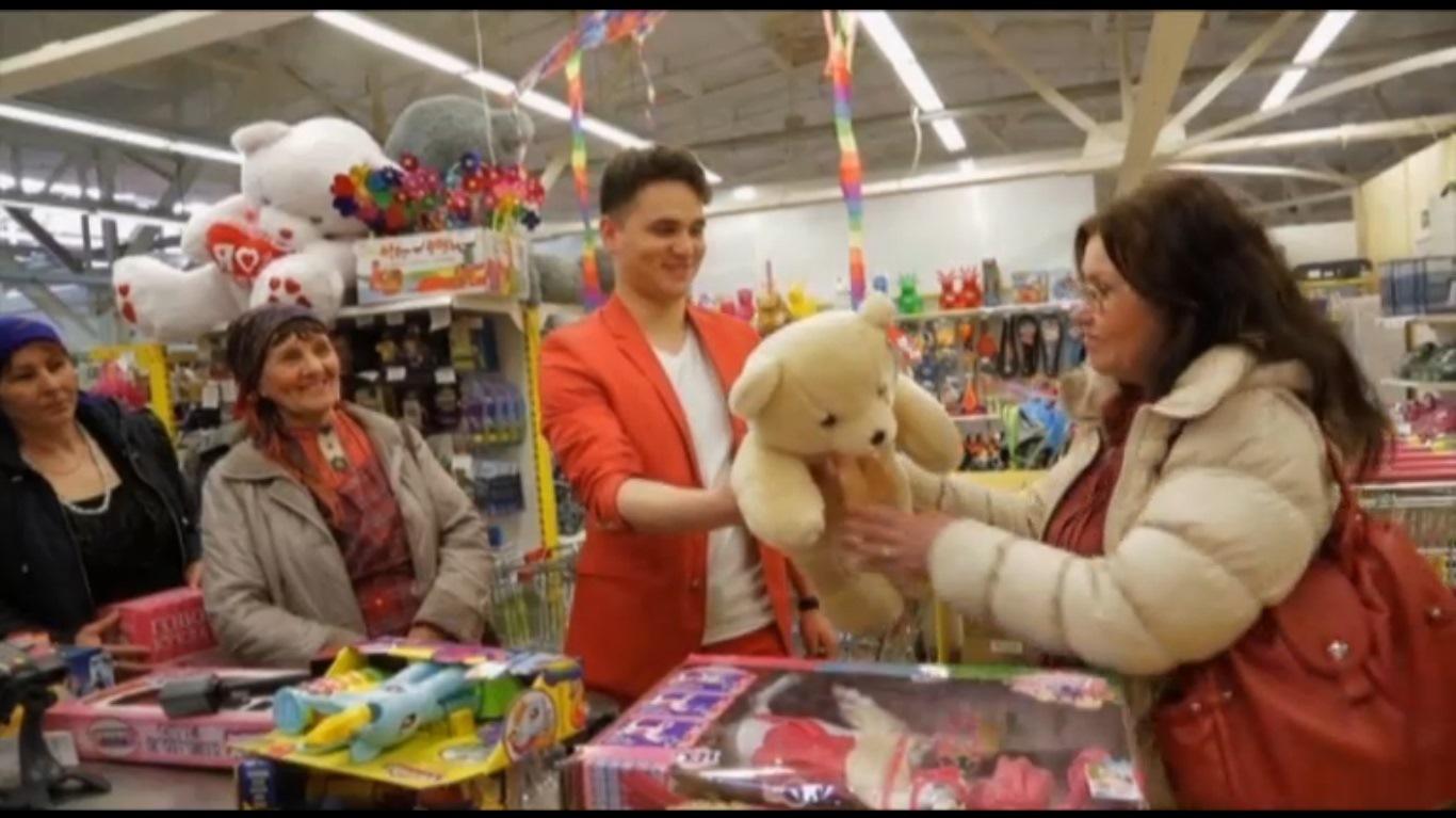 Александр Молочко подарил «Бурановским бабушкам» плюшевого медведя. Кадр передачи «Магаззино»