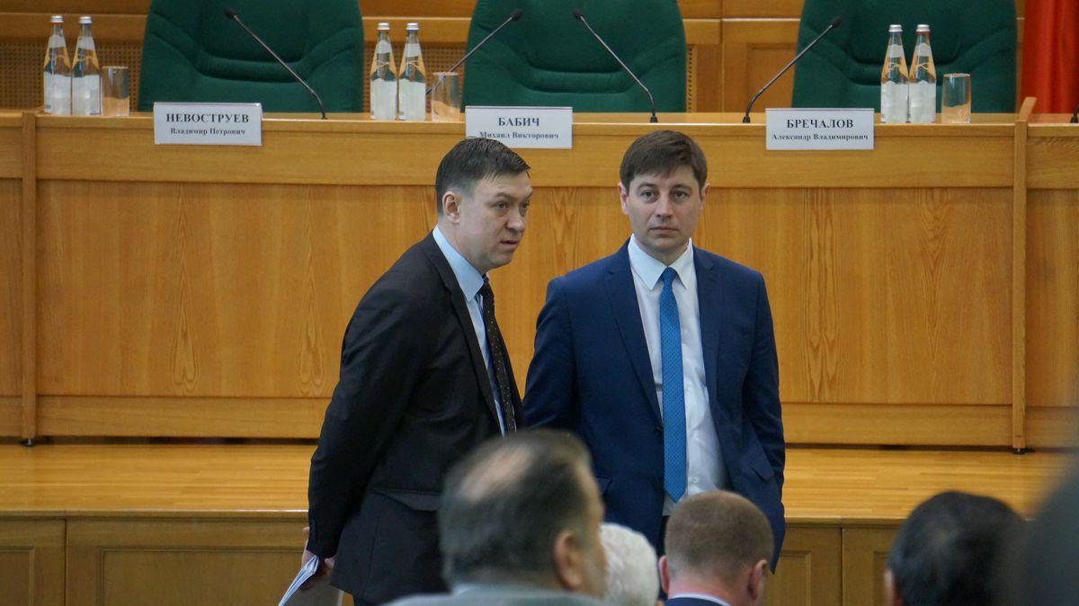 И. о. руководителя администрации главы и правительства Сергей Бурнышев (слева). Фото: © «ДЕНЬ.org»
