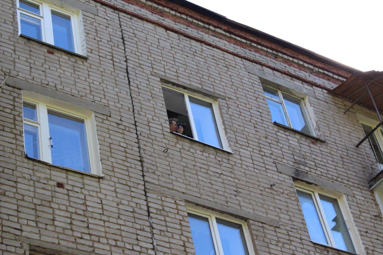 Участников фотокросса не останавливали закрытые двери подъезда. Фото: © «ДЕНЬ.org»