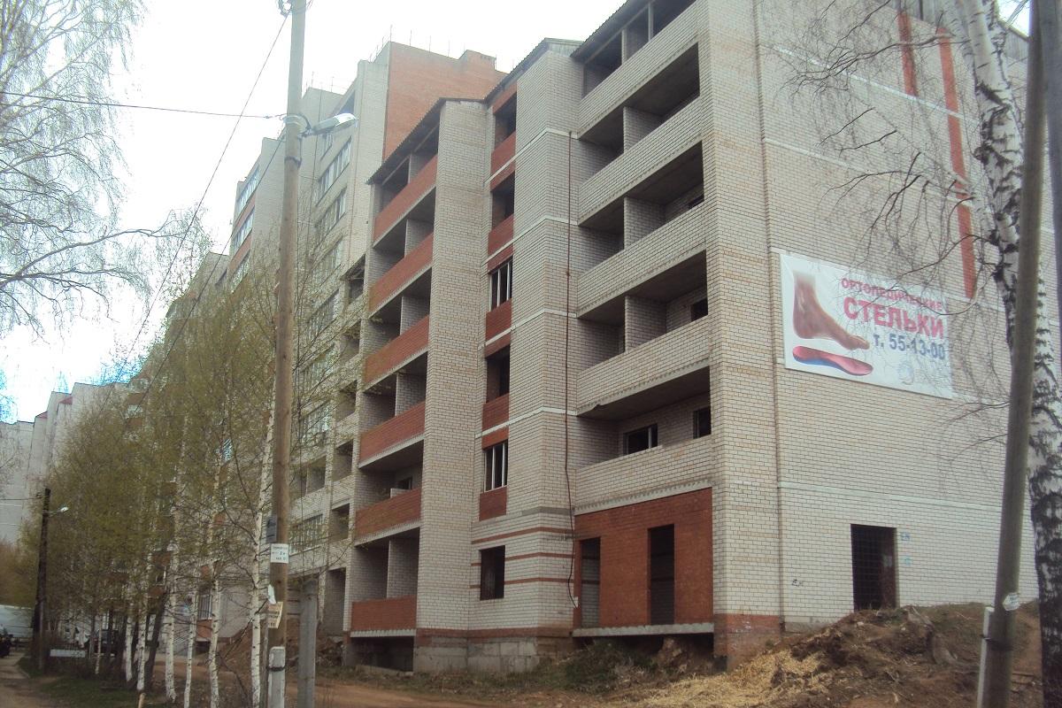Недостроенная секция и достроенный дом. Фото: © «ДЕНЬ.org»