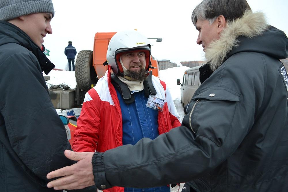 Среди российских трековых гонщиков есть даже православный батюшка — отец Александр Азаренков из Оренбурга. Фото: Александр Поскребышев