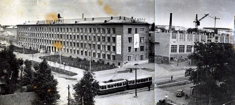 На этой фотографии комплекс зданий института на улице Кирова, которые впоследствии будут практически полностью сданы в аренду, еще только строится. Фото: pactolam.ga