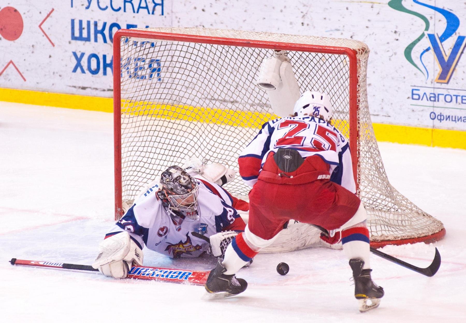 Нефтекамцы украли «сухарь» из-под носа вратаря «Ижстали» Антона Кислицына. Фото vk.com/thk_tver