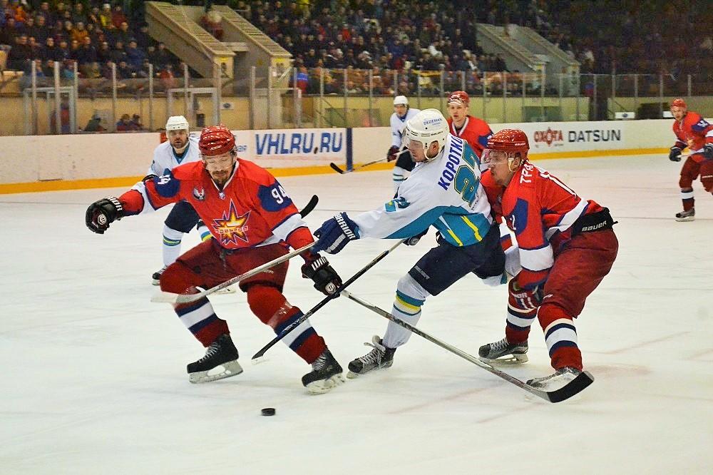 Защитник Сергей Дорофеев (слева) и Алексей Трандин (справа) пытаются поймать форварда противников в «коробочку», мешая нанести ему бросок по воротам. Фото: Николай Польчёнок