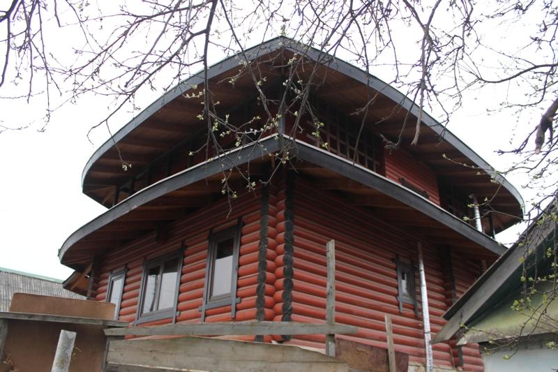 Экзотичный дом с изящно загнутой крышей и драконом не может не цеплять взгляды. Фото: © «ДЕНЬ.org»