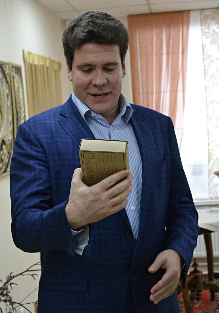 В руках народного артиста России оказался рукодельный пряник, подаренный ему персональной поклонницей. Фото: Александр Поскребышев