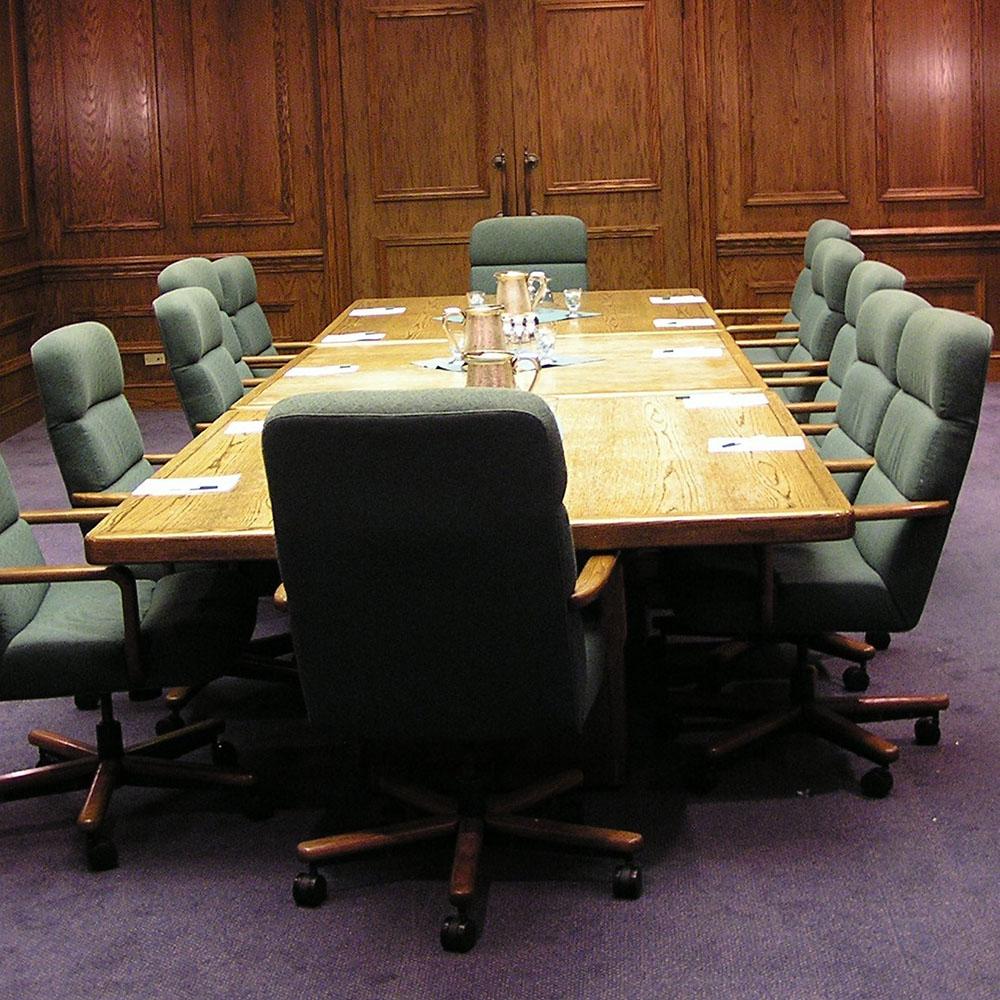 Скоро в этом кабинете соберется кредитный комитет банка, и это будет мало походить на то, как заседает Инвестсовет Ижевска. Фото: credits.ru