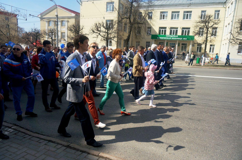 На Первомайской демонстрации в 2015 году Наиль Кутдузов шел рядом еще с одним претендентом на место в Госдуме от «Единой России» Валерием Бузиловым. Фото: © «ДЕНЬ.org»