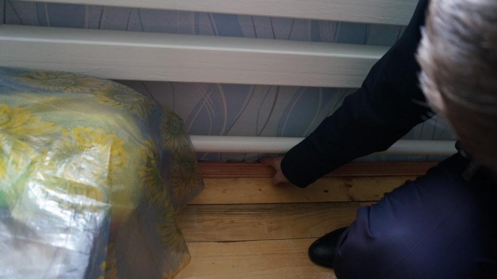 Трещины в полу. Фото: © «ДЕНЬ.org»
