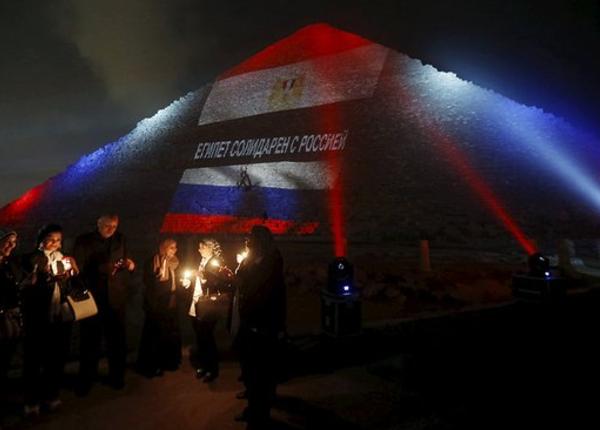 Пирамиды в Гизе окрасили в цвета российского флага. Фото: lifenewscontent.ru