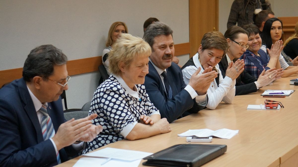 Людмилу Гуляшинову поздравляют с избранием председателем Общественной палаты Ижевска. Фото: ©«ДЕНЬ.org»