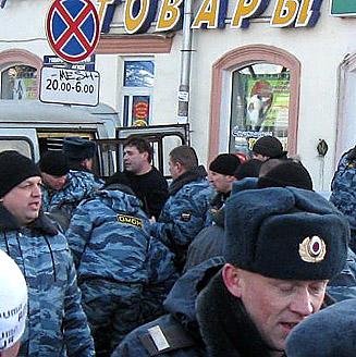 На фото: Задержание Андрея Коновала во акции протеста 20 февраля 2009 года. Фото Елены Шарафиевой
