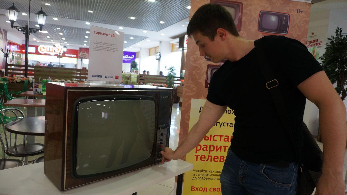 Виталий Останин с телевизором «Горизонт 206». Фото ©«ДЕНЬ.org»