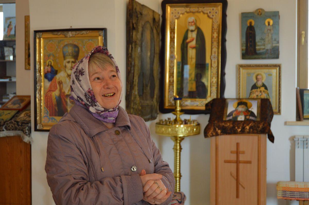 Одна из участниц коллектива «Бабушки из Бураново» Алевтина Геннадьевна рассказывает об истории возникновения в селе церкви. Фото: © «ДЕНЬ.org»