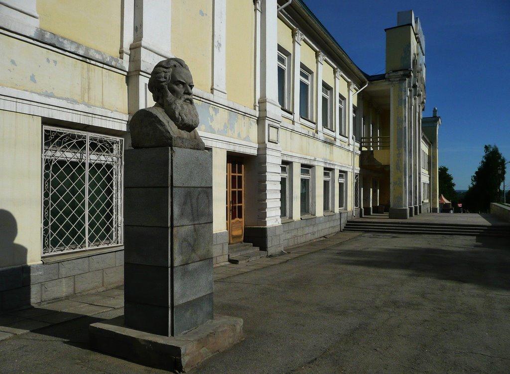 Бюст Короленко до его демонтажа у здания Русского драматического театра.