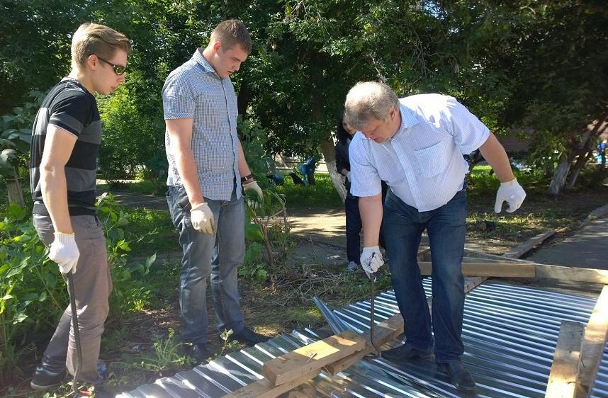 Сергей Митрохин участвовал в разборе ограждения сквера на ул. Ленина в Ижевске в августе. Фото: facebook.com