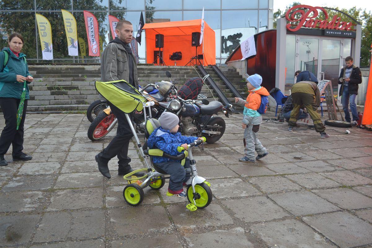 Подрастающее поколение с ранних пор живо интересуется мотоциклами. Фото: Александр Поскребышев
