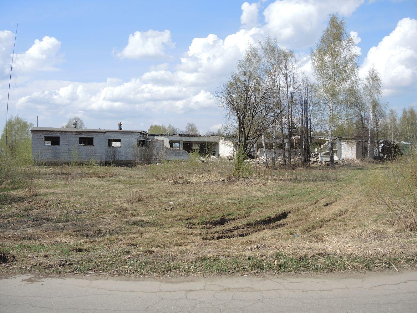 Эти разрушения остались со времен пожара на арсенале в июне 2011 года. Фото ©День.org