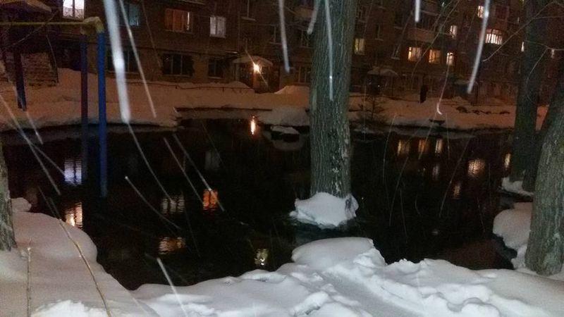 Выливающаяся из теплосетей вода превращается в озера в ижевских дворах.Фото: facebook.com (Алексей Меркушев)