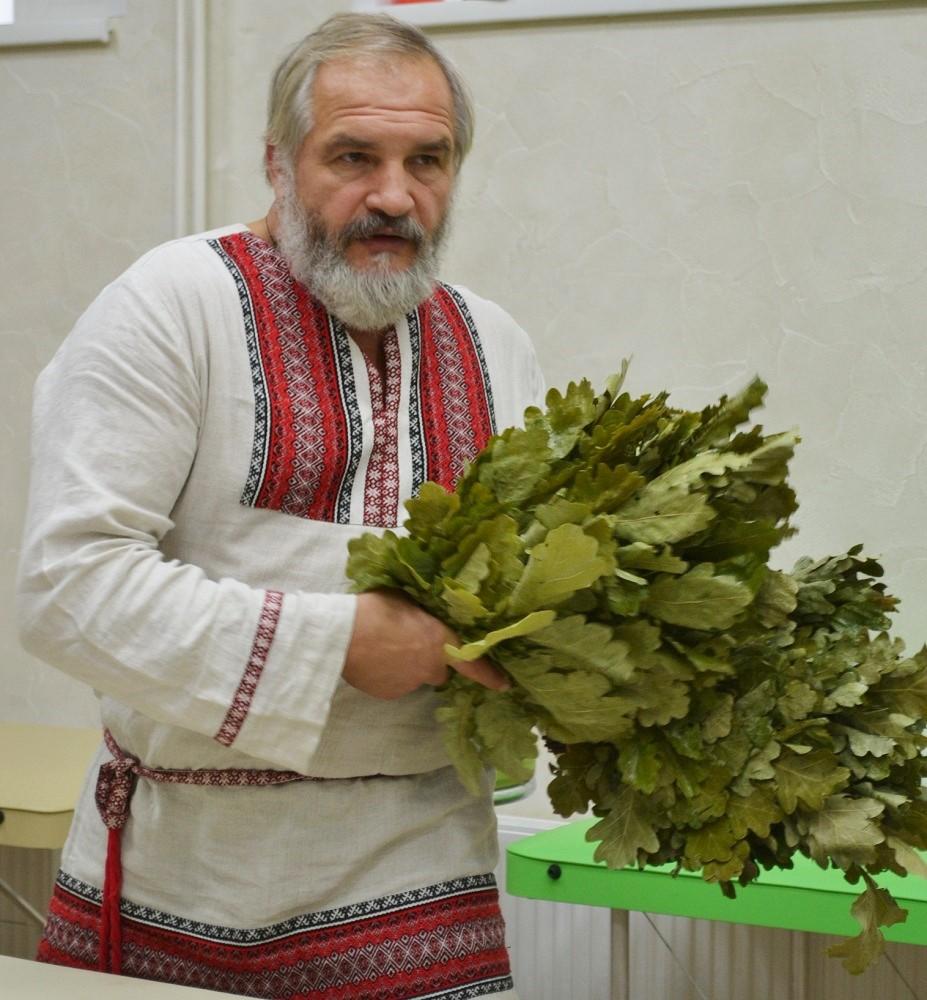 В своих мастер-классах знаток бани много времени всегда уделяет работе с вениками. Фото: Александр Поскребышев