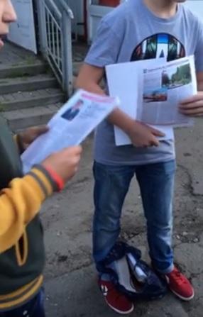 """Кадр видео, на котором подростки якобы раздавали агитматериалы. Источник: facebook.com (Группа """"Ижевск проснись"""")"""