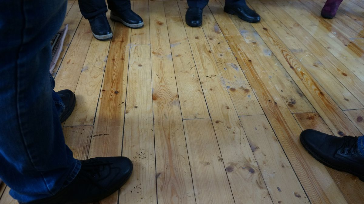 «Вентиляционные» щели в полу. Фото: © «ДЕНЬ.org»