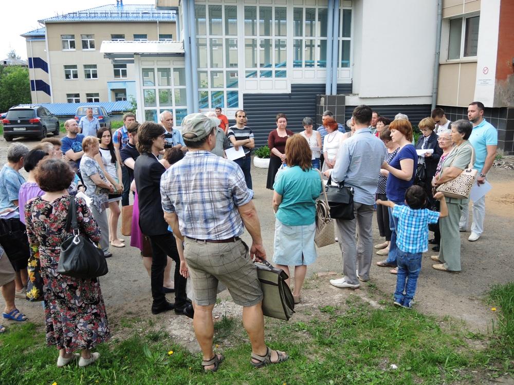 Общественность Ижевска еще летом 2015 года выступала против передачи участка возле ГБ № 7 в аренду коммерческим структурам. Фото ©«ДЕНЬ.org»