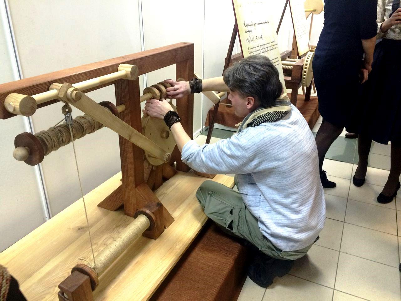 Николай Бутонов пытается починить Устройство для намотки нити на катушку. Фото: ©«ДЕНЬ.org»