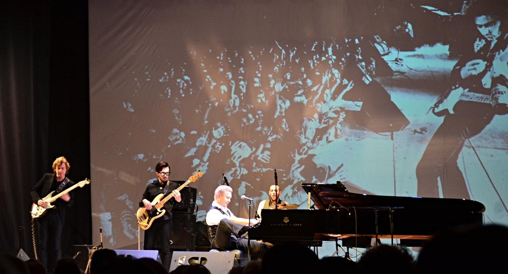 За роялем и микрофоном Денис Мажуков всегда играет и поет честно – вживую и с полной выкладкой. Фото: Александр Поскребышев