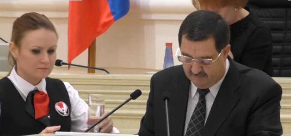 Министр транспорта Удмуртии докладывает депутатам о проблемах концессионера. Фото: скриншот с видеоролика канала «Моя Удмуртия»