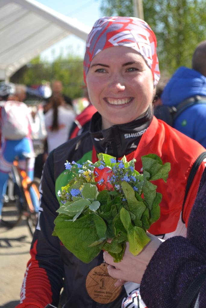 После финиша Анна Коновалова дарила фотокорреспондентам улыбку победительницы. Фото: Александр Поскребышев