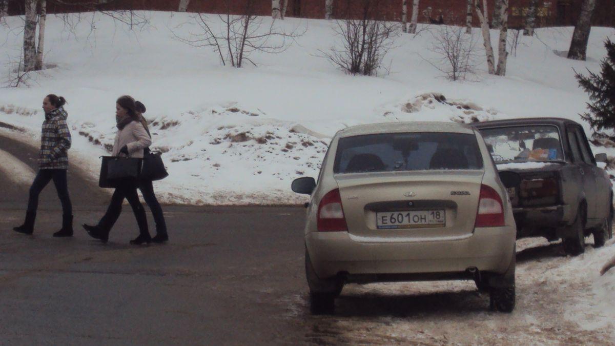 Перебегающие дорогу студенты. Фото: © «ДЕНЬ.org»