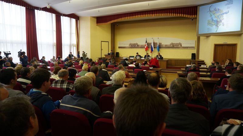 Кто-то из выступающих попенял властям Ижевска, что для публичных слушаний по генплану нужен более вместительный зал. Фото: © «ДЕНЬ.org»