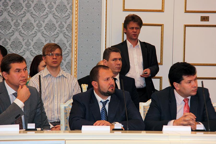 Алексей Пьянков (слева) готовится выступить на Объединенном международном форуме Удмуртии. Фото: mspbank.ru