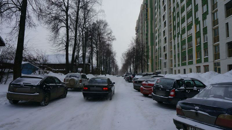 На улице новостроек уже сейчас не могут разъехаться встречные авто. Фото: © «ДЕНЬ.org»