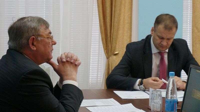 Глава Ижевска Юрий Тюрин несколько раз призывал собравшихся успокоиться и голосовать. Фото: © «ДЕНЬ.org»