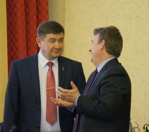 Министр Алексей Чуршин и его заместитель Сергей Тоцкий перед началом депутатских слушаний. Фото: «ДЕНЬ.org»