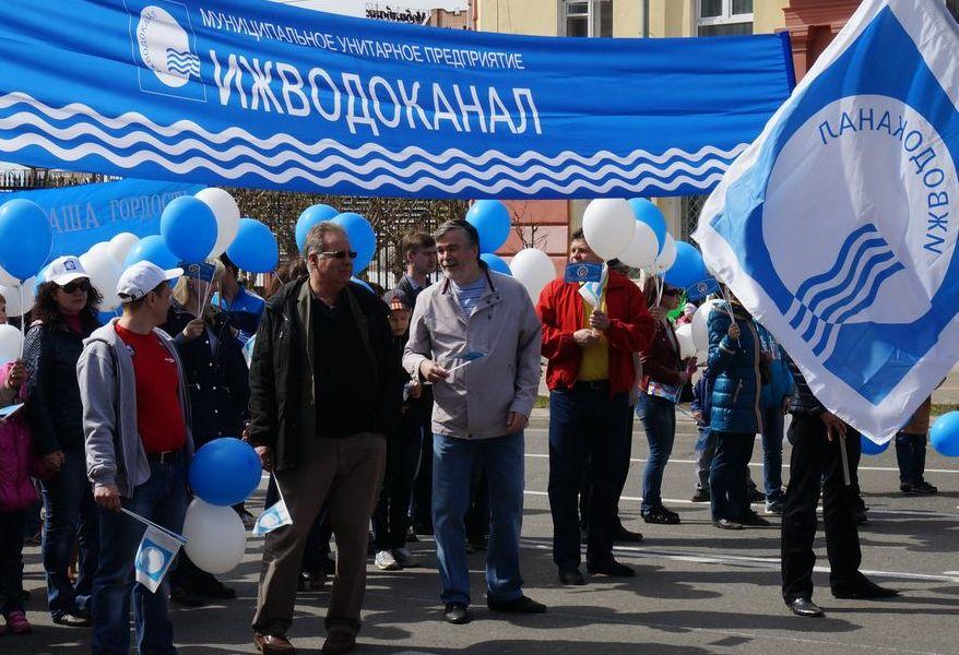 Коллектив «Ижводоканала» во главе с Владимиром Пискайкиным на Первомайской демонстрации. Фото: ©«ДЕНЬ.org»