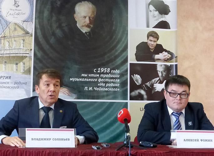 Министр культуры и туризма Удмуртской Республики Владимир Соловьёв и директор филармонии Алексей Фомин говорят, что сделали всё, что от них зависело.