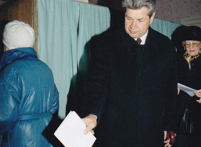 """Последние всенародные выборы мэра Ижевска и последний избранный мэр Виктор Балакин, 21 октября 2001 года. Фото из архива ©газета """"День"""""""
