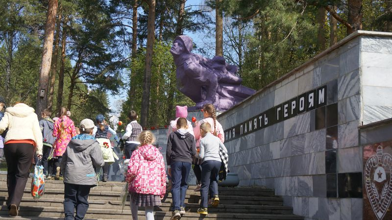 Целый день школьники со всего Первомайского района несут цветы к сиреневому памятнику. Фото: © «ДЕНЬ.org»