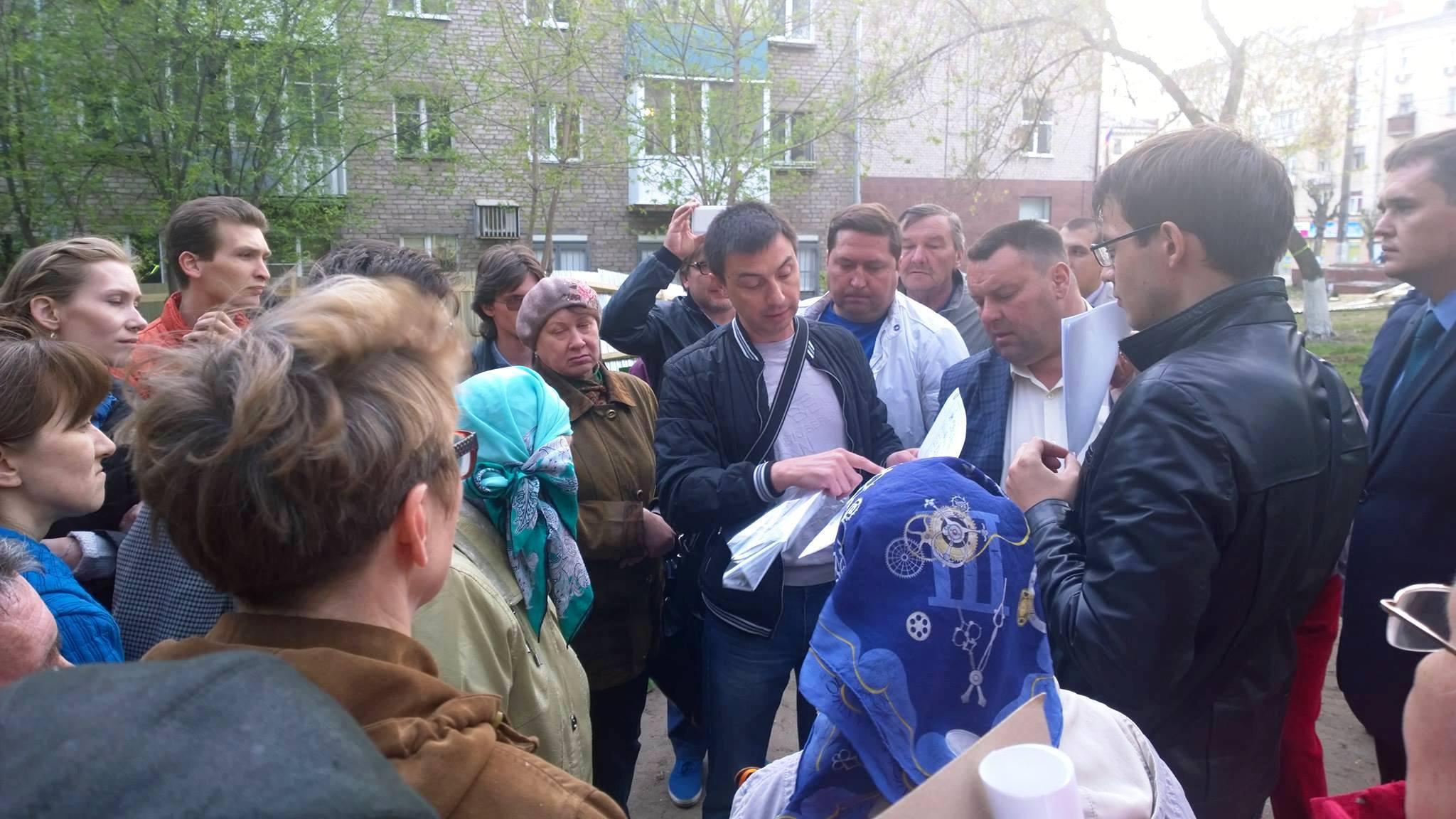 Мужчина с бумагами и есть застройщик Демидов. Фото: facebook.com (Софья Русова)