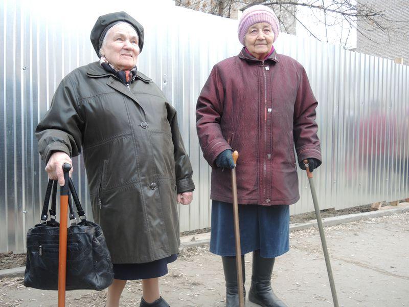 """Пенсионеры-жители домов, попавших в новую """"горячую точку"""" в Ижевске. Фото Юлии Сунцовой."""