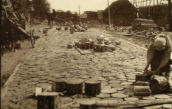 """Удмуртия, конец 20-х годов. Строительство дороги из деревянной """"торцовки"""""""