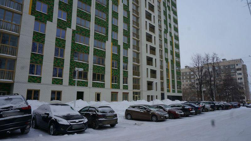 Эту территорию перед домом, скорее всего, займут под парковку для клиентов обитатели коммерческих площадей первого этажа, лишив жильцов последних парковочных мест. Фото: © «ДЕНЬ.org»
