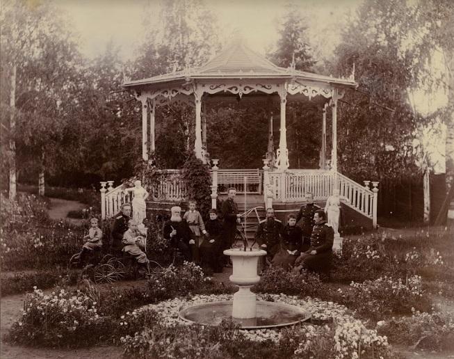 Семья Новиковых в саду Генеральского дома у изящной беседки. «Подобные беседки сохранились в парках Лондона», — отметил Евгений Шумилов.